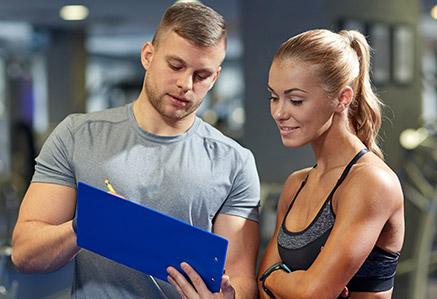 Mann und Frau im Fitnessstudio – Fitness & Gesundheit studieren