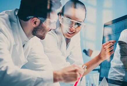 Zwei Wissenschaftler im Labor – Master Gesundheitswissenschaften studieren