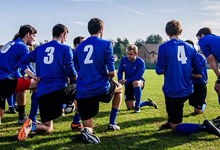 Fußballer beim Dehnen – Kinder & Jugendtraining Ausbildung