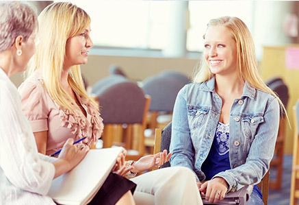 Zwei Frauen bei der Gruppentherapie – Master Klinische Psychologie studieren