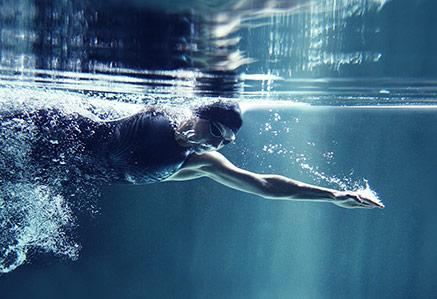 Schwimmerin beim Kraulen – Master Leistungssport studieren
