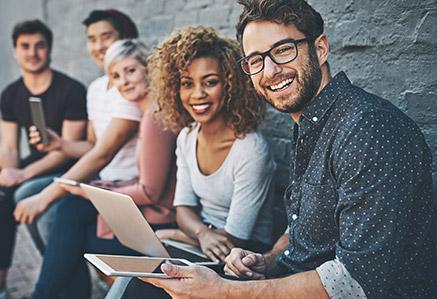 Fünf junge Menschen beschäftigen sich mit Digitaltechnik – Medienpsychologie studieren
