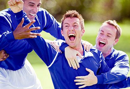 Fußballer beim Jubeln – Sport & Trainingswissenschaft studieren