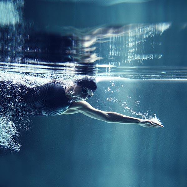 Unterwasser-Perspektive eines kraulenden Schwimmers