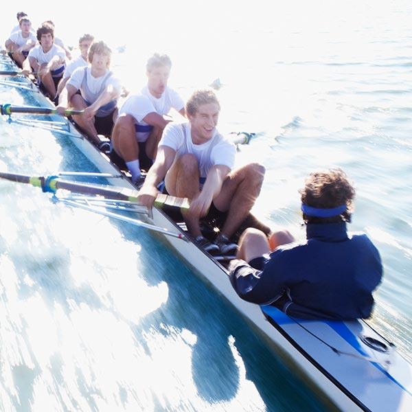 Sportler rudern in einem Kanu
