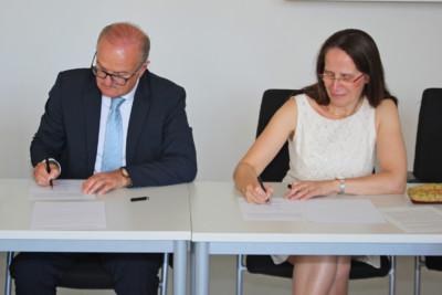 Franz Michael Binninger und Direktorin Götze des SLZB signieren Kooperationsvereinbarung