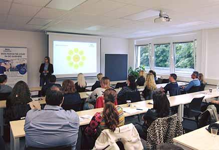 Dozentin mit Studiengruppe am Campus München DHGS