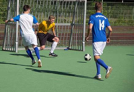 DHGS, Campus Berlin, Studenten beim Fussball spielen