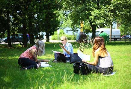DHGS, Campus Berlin, Studenten auf der Wiese des Campus