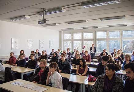 DHGS, Campus Berlin, Studenten im Studienraum