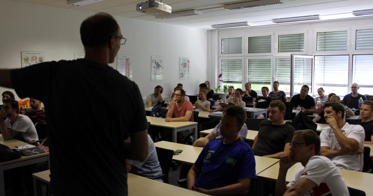 Gerrit Keil vor Studierendengruppe