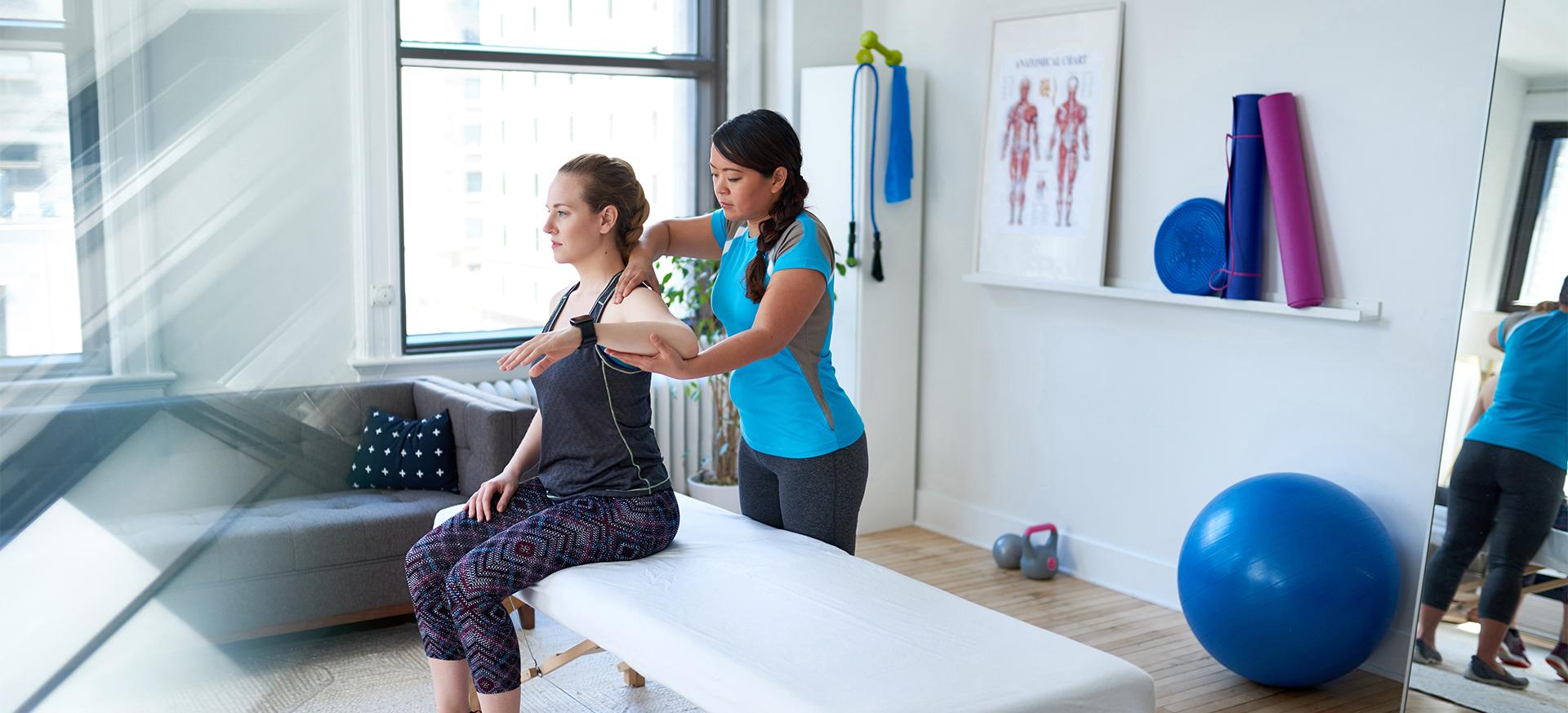 Physiotherapeutin behandelt Patientin