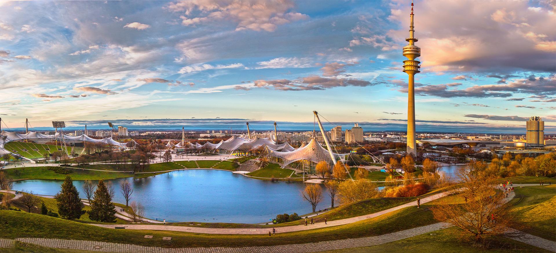 Ein Blick auf die Skyline von München und den Olympiapark.