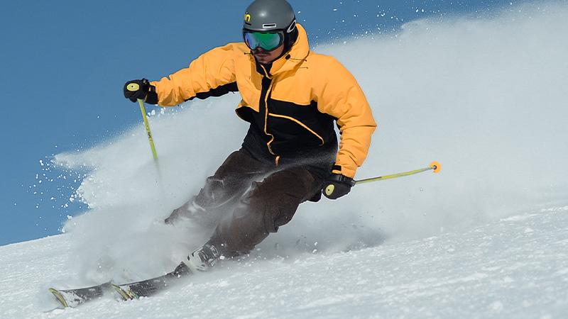 Ein Skifahrer fährt die Piste hinunter - Die Trainerausbildung findet in einer Kooperation der DHGS und des DSV statt.
