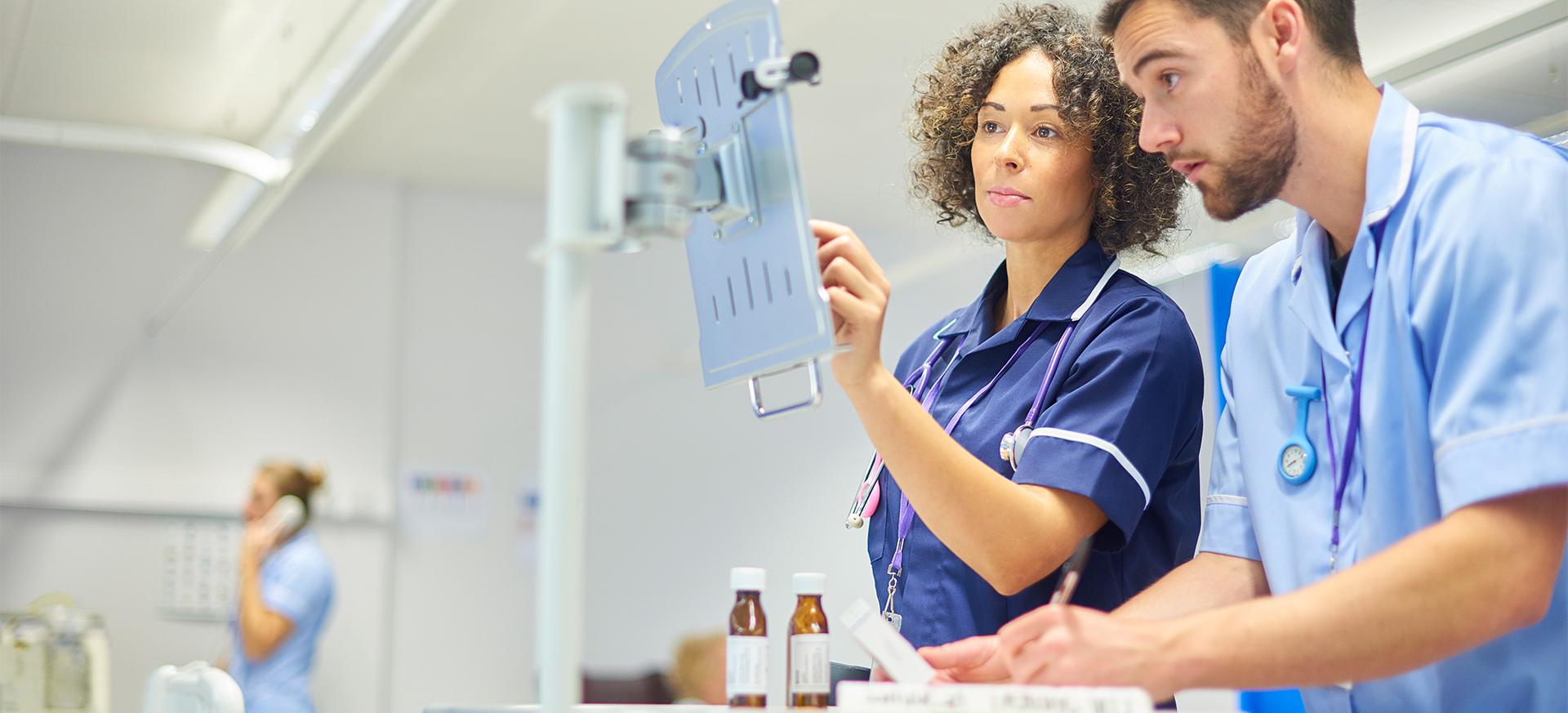 Arztassistentin unterstützt den leitenden Arzt