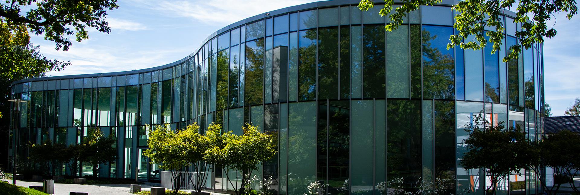 Fassade des Ismaninger Hallenbads.