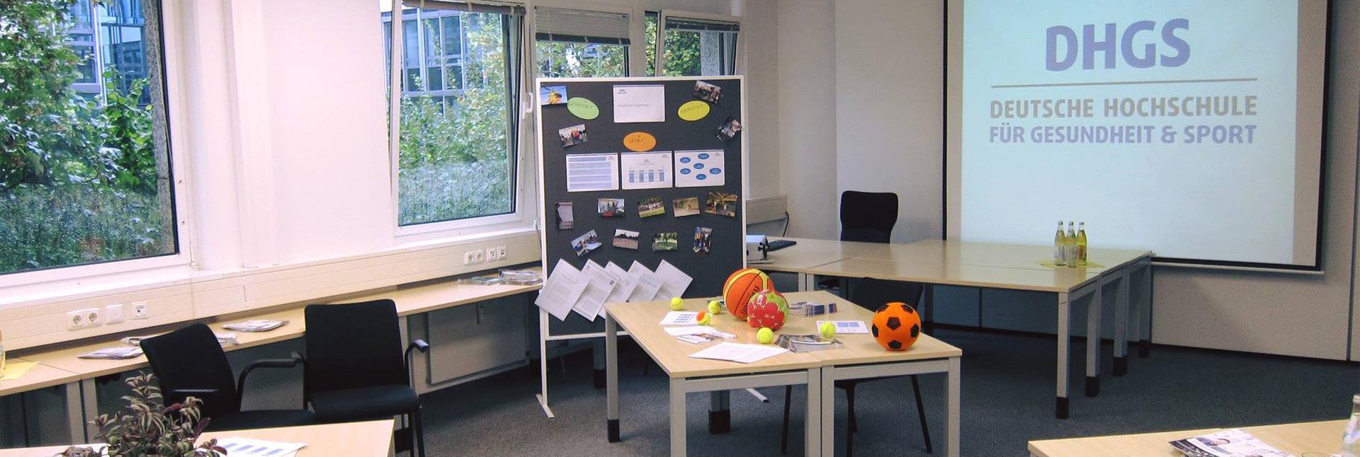 Eine Filzpinnwand, Moderationskarten, ein Beamer und Bälle verschiedener Größen liegen zur Lernunterstützung der Studenten bereit.