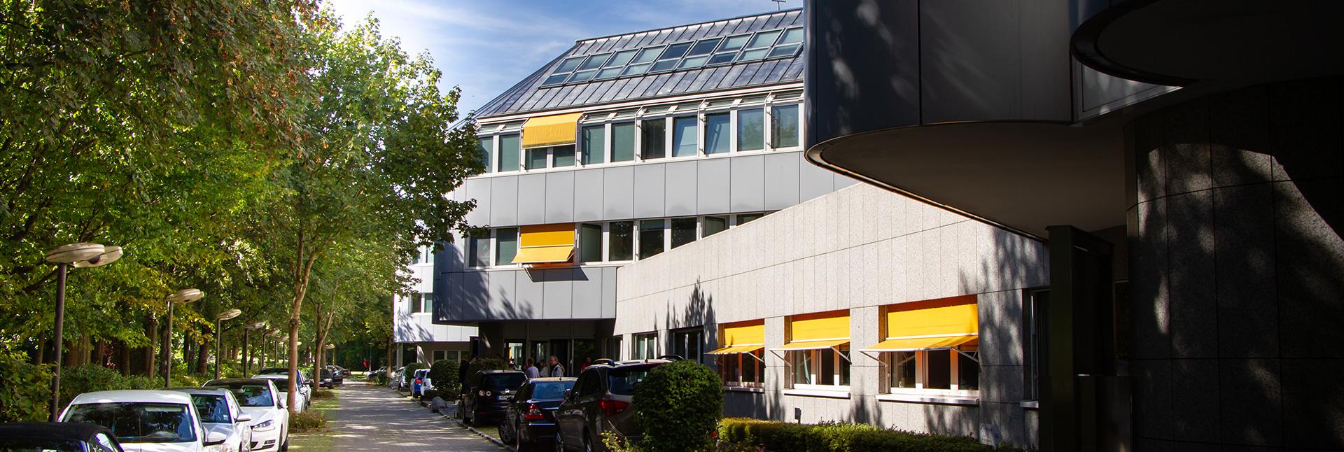 Blick auf das Gebäudes in der Steinheilstraße 4.
