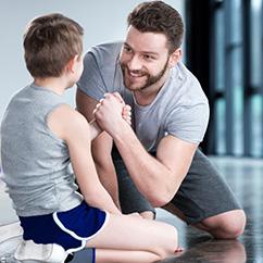 Ein Kinder- & Jugendtrainer motiviert ein junges Teammitglied.