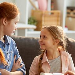 Zwei Kinder kommunizieren miteinander