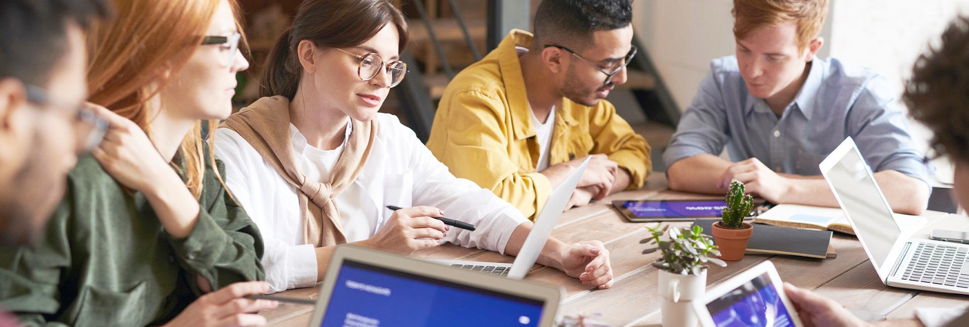 Studierende lernen gemeinsam auf eine Prüfung.