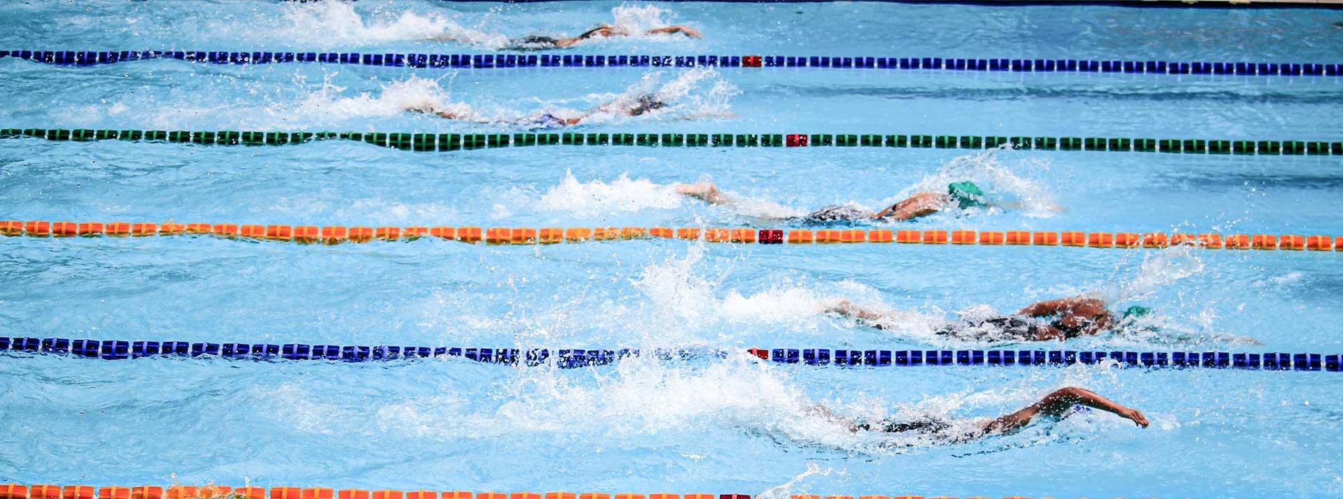 Wettkampf zwischen Schwimmern im Hallenbad