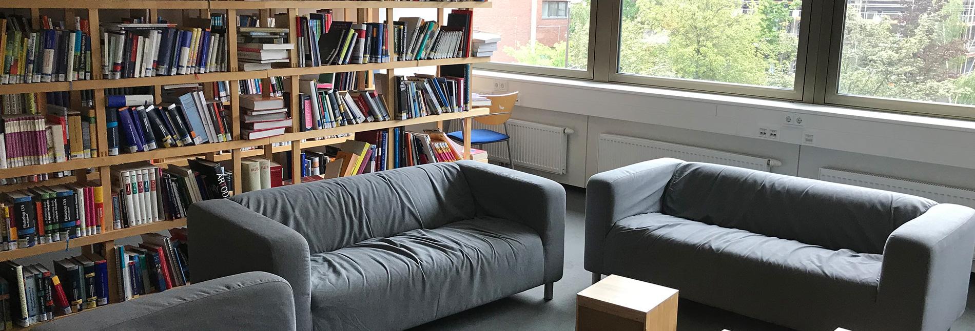 Gemütliche Couchen in der hellen Bibliothek.