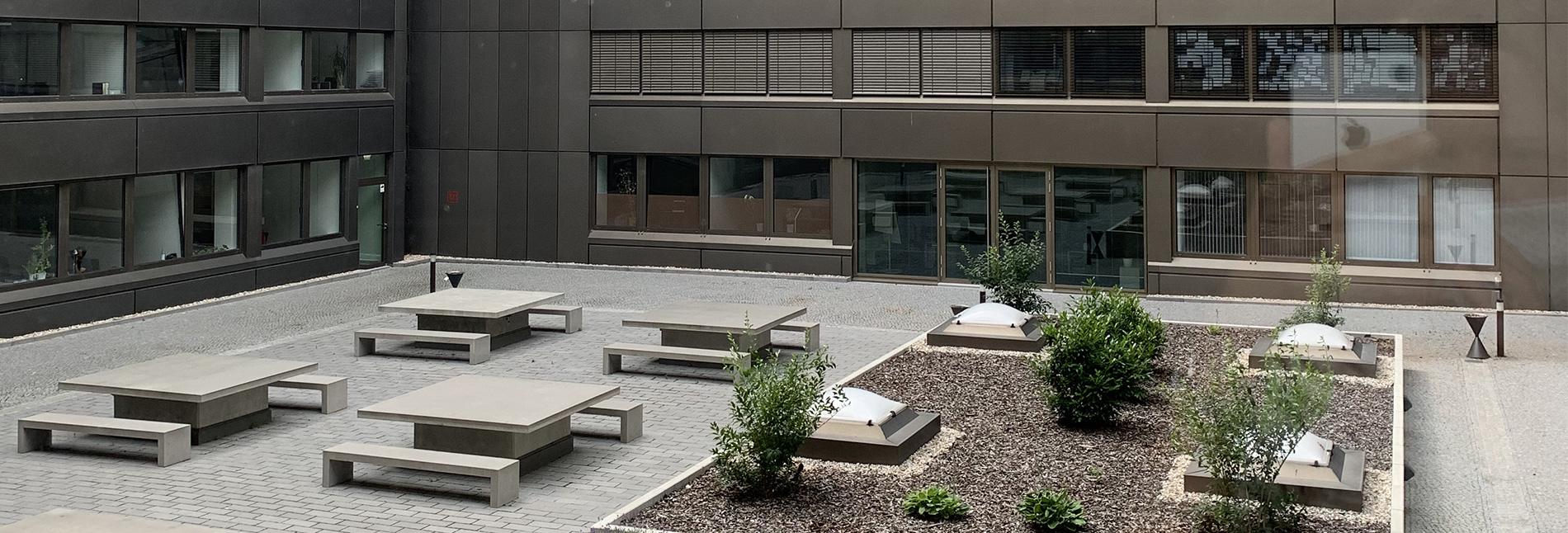 Sitzgelegenheiten auf der sonnigen Terrasse.