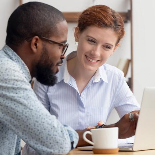 Coachinggespräch zwischen Berater und Klientin.
