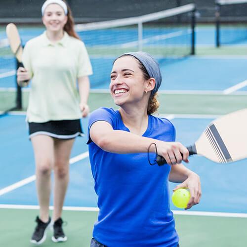 Zwei Junge Frauen beim Squash spielen